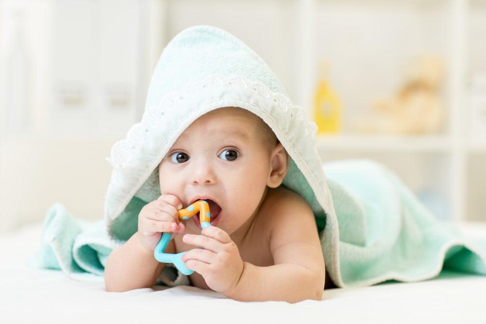 Baby med bidering i munden